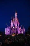 Opinião da noite do castelo de Cinderella Disney Imagem de Stock