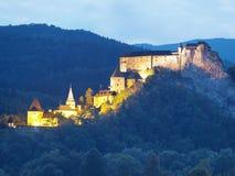 Opinião da noite do castelo de Orava foto de stock royalty free