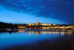 Opinião da noite do castelo de Praga e da ponte de Charles imagem de stock royalty free