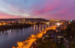 A opinião da noite do castelo de Praga e a ponte railway sobre vltava/rio do moldau em Praga tomada da parte superior do vysehrad Fotografia de Stock