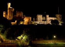 Opinião da noite do castelo iluminado de Inverness, Escócia fotografia de stock royalty free