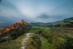 Opinião da noite do castelo no campo montanhoso imagens de stock royalty free