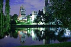 Opinião da noite do convento de Novodevichy imagens de stock