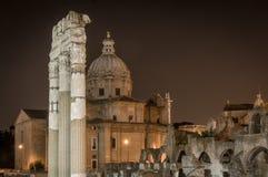 Opinião da noite do fórum romano antigo em Roma, Itália Fotos de Stock Royalty Free