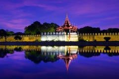 Opinião da noite do forte ou do Royal Palace em Mandalay Myanmar (Burma) Imagem de Stock Royalty Free