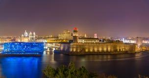 Opinião da noite do forte Saint-Jean e da catedral em Marselha, França Imagens de Stock Royalty Free