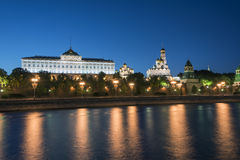 Opinião da noite do Kremlin de Moscou fotos de stock