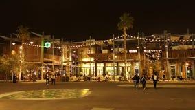 Opinião da noite do La Mer, uma atração turística bonita em Dubai com decorações e as lojas claras video estoque