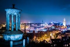 Opinião da noite do monte de Calton a Edimburgo foto de stock