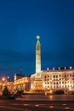 Opinião da noite do monumento com a chama eterno na honra Fotos de Stock Royalty Free