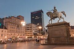 Opinião da noite do monumento de Ban Jelacic no quadrado de cidade central do Zag imagem de stock royalty free