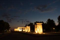 Opinião da noite do monumento egípcio Templo de Debod, Madri, Espanha fotografia de stock