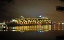 Opinião da noite do navio de cruzeiros na porta Imagem de Stock Royalty Free