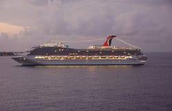 Opinião da noite do navio de cruzeiros na porta com luzes Foto de Stock Royalty Free