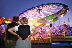 Opinião da noite do parque de diversões foto de stock