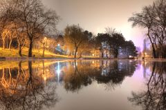 Opinião da noite do parque e do lago fotos de stock royalty free