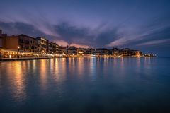 Opinião da noite do porto de Chania no estilo Venetian imagens de stock royalty free