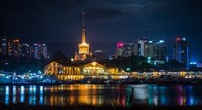 A opinião da noite do porto de Sochi iluminou por luzes, Rússia foto de stock