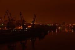 Opinião da noite do porto fluvial Ponte e construções Imagem de Stock Royalty Free