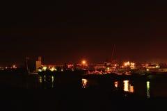 Opinião da noite do porto fluvial Ponte e construções Fotografia de Stock Royalty Free