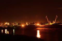 Opinião da noite do porto fluvial Ponte e construções Foto de Stock Royalty Free