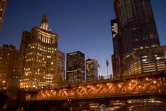Opinião da noite do rio de Chicago foto de stock royalty free