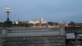 Opinião da noite do rio de Moskva, da grande ponte de pedra e do Kremlin, Moscou, Rússia video estoque