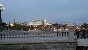 Opinião da noite do rio de Moskva, da grande ponte de pedra e do Kremlin, Moscou, Rússia filme