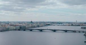 Opinião da noite do rio de Neva à catedral do ` s do St Isaac, Rússia, St Petersburg filme