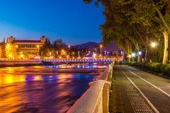 Opinião da noite do rio e da terraplenagem de Sochi imagens de stock