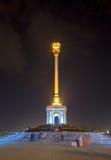 Opinião da noite do stele com o emblema Tajiquistão dushanbe fotos de stock royalty free