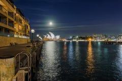 Opinião da noite do teatro da ópera de Sydney com Lua cheia Fotos de Stock