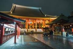 Opinião da noite do templo de Sensoji no Tóquio Japão de Asakusa com estilo inferior da exposição Foto de Stock