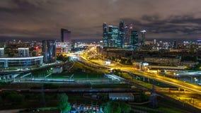 Opinião da noite do timelapse do tráfego de cidade e da construção da Moscou-cidade internacional do centro de negócios de Moscou vídeos de arquivo