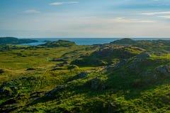 Opinião da noite do verão sobre a ilha de Iona em Escócia foto de stock