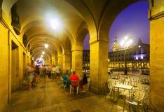 Opinião da noite dos arcos do quadrado de Berria Vitoria-Gasteiz imagens de stock royalty free