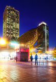 Opinião da noite dos arranha-céus no porto Olimpic - centro da vida noturno Fotografia de Stock Royalty Free