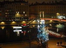 Opinião da noite dos bancos do SaÃ'ne em Lyon durante o Natal fotografia de stock
