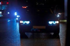 Opinião da noite dos carros Estrada na cidade na noite com luz elétrica amarela e vermelha para carros durante estão vindo em cas imagens de stock royalty free