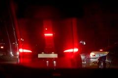 Opinião da noite dos carros O engarrafamento O engarrafamento na estrada na cidade na noite com ligh bonde amarelo e vermelho imagem de stock