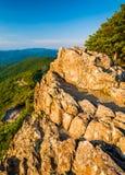 Opinião da noite dos penhascos rochosos pequenos do homem no nacional de Shenandoah Fotografia de Stock Royalty Free