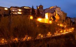 Opinião da noite em casas de suspensão em rochas em Cuenca Fotos de Stock Royalty Free