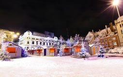 Opinião da noite em Riga, Letónia no tempo do Natal Imagem de Stock
