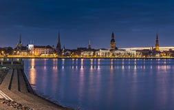 Opinião da noite em Riga velho, Letónia Foto de Stock Royalty Free