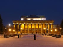 Opinião da noite na ópera de Novosibirsk e no bailado Theate foto de stock