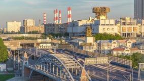 Opinião da noite na academia do russo do timelapse das ciências e da ponte de Novoandreevsky sobre o rio de Moscou video estoque