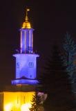 Opinião da noite na câmara municipal de Ivano-Frankivsk com luzes patrióticas ucranianas Fotografia de Stock Royalty Free