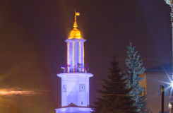 Opinião da noite na câmara municipal de Ivano-Frankivsk com luzes patrióticas ucranianas Foto de Stock Royalty Free