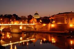 Opinião da noite na catedral de St Peters em Roma Fotos de Stock Royalty Free