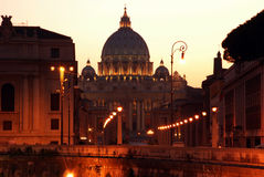 Opinião da noite na catedral do Vaticano, Itália Foto de Stock Royalty Free